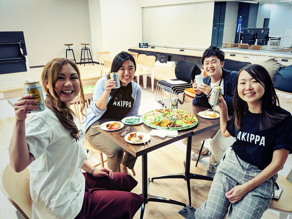 新旧のakippa広報チーム。大阪オフィスにて
