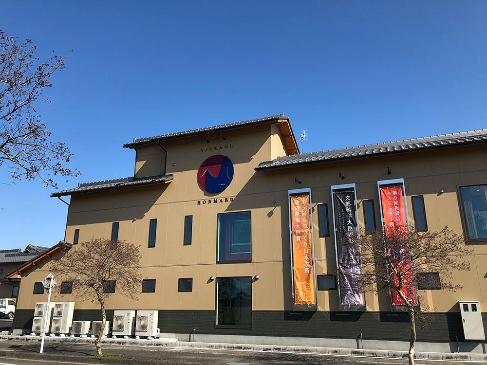 設立50周年を期に誕生したリアルショップ「エアーかおる本丸」。カフェスペースも併設している。