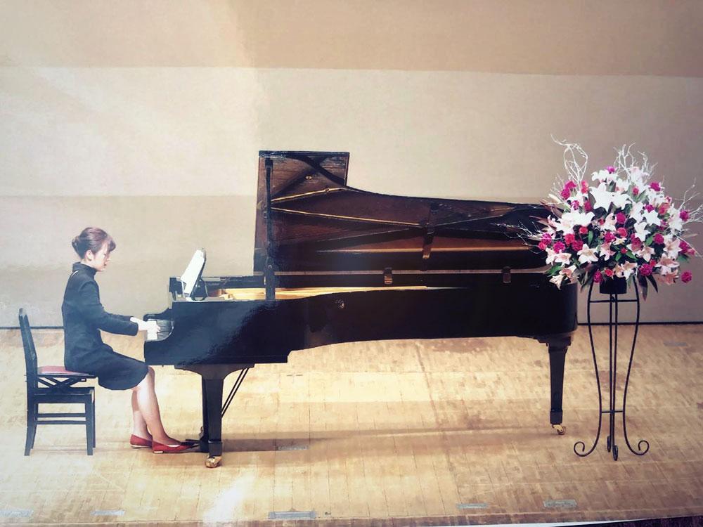ピアノを弾く奧田さん。弾きたかった曲の一つにモーリス・ラヴェルの「道化師の朝の歌」がある。