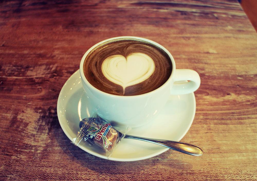 カフェ「鷰 en」のほうじ茶ラテ