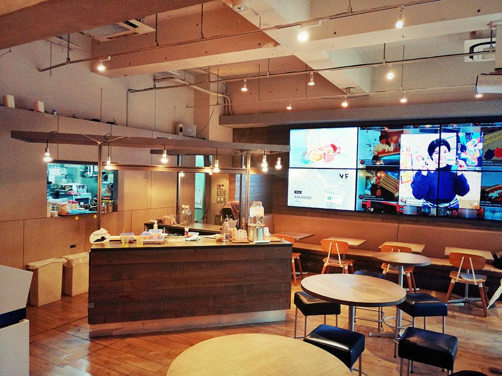 カフェスぺースだけでなく、デジタル工作も楽しめる空間