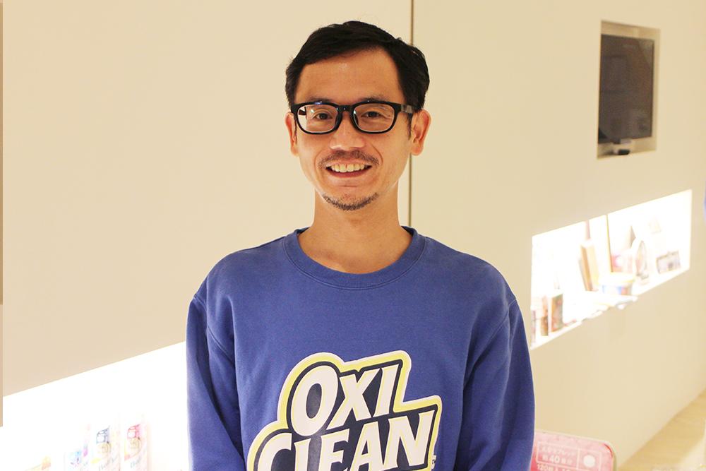 株式会社グラフィコ・田邊さん。取材当日、おっきくオキシクリーンと書かれた真っ青なトレーナを着て登場されたので、心の中では「オキシクリーン部長」と呼ばせてもらっています。