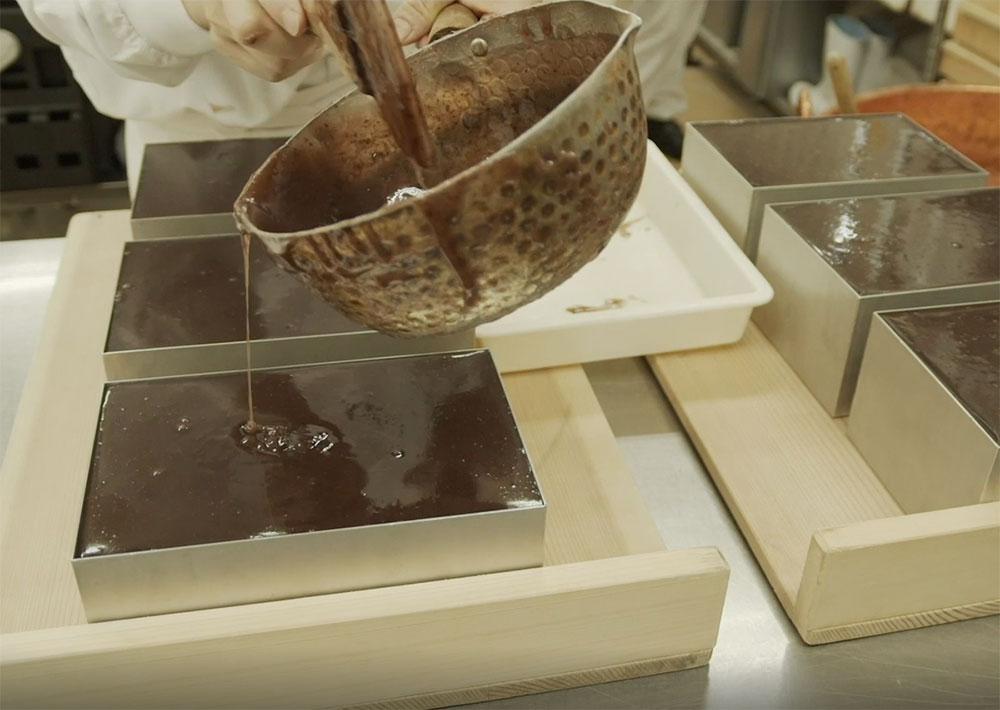 あずきの風味を出すため、つぶあんをミルで粗くひいてから使用している。