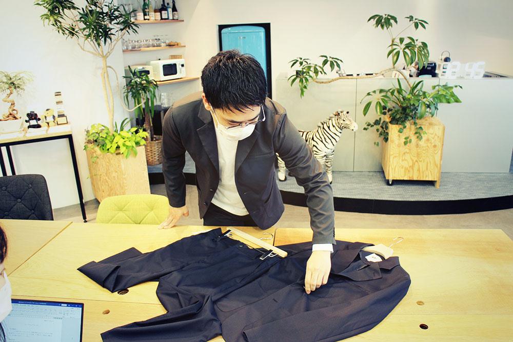 ワークウェアスーツをすごく丁寧に説明する素原さん。