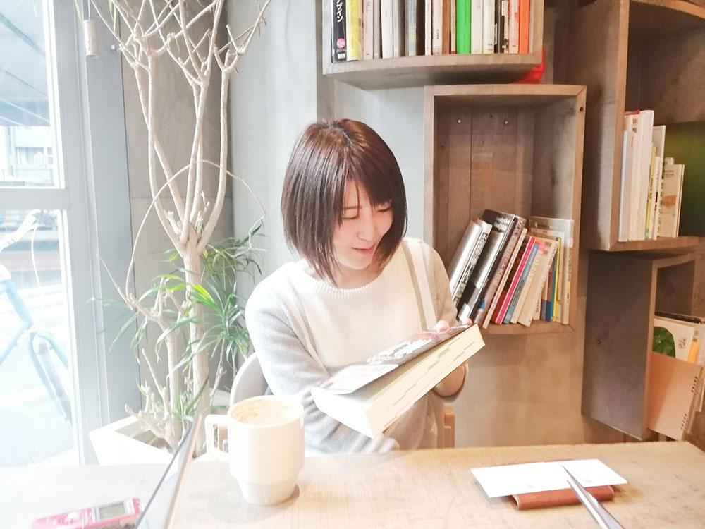 釡谷さん「鞄に、めっちゃ厚い本入ってますよ。」最近は本を読んでることが多いそう。