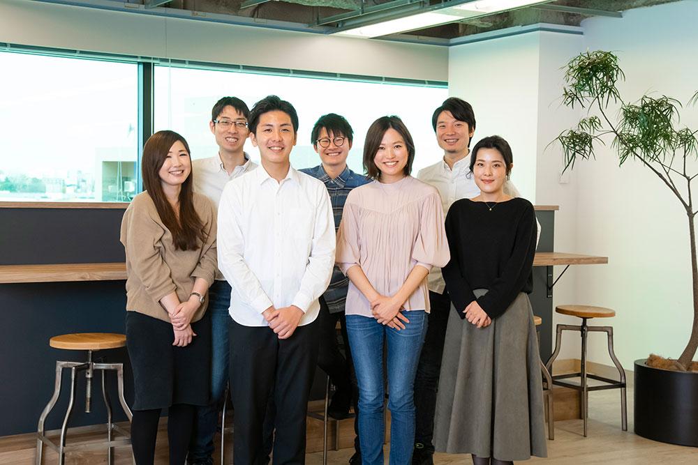 所属チームのみんなと小川さん。