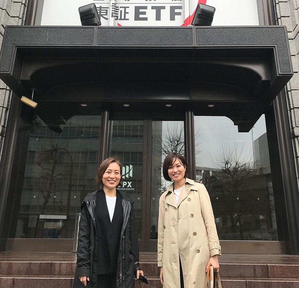 上場日当日、代表の端羽さんと東証の前にて。